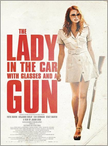 Arabadaki Gözlüklü ve Silahli Kadın